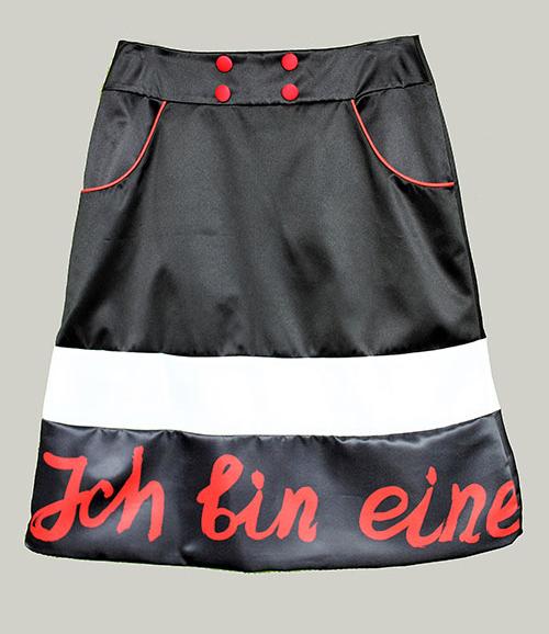 Trapezrock mit Text in rot-schwarz-weiß. Mode, Design und Stoff von saschakonevaberlin