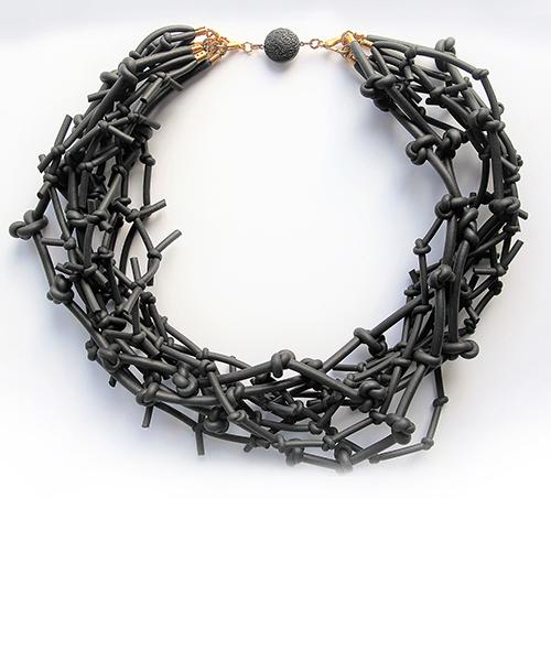 Black Forest. Halskette mit Knoten aus Moosgummi. Schmuck Design saschakonevaberlin