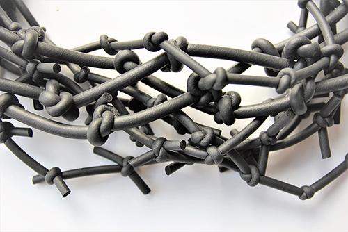 Halskette mit Knoten