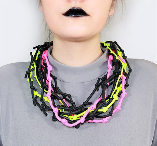 Knotenkette mit Neonbänder