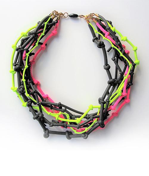 Halskette mit Knoten und Neonbänder Magnetverschluss. Schmuck Design saschakonevaberlin