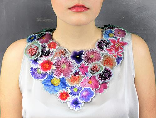 Große Blumenkollier mit Modell