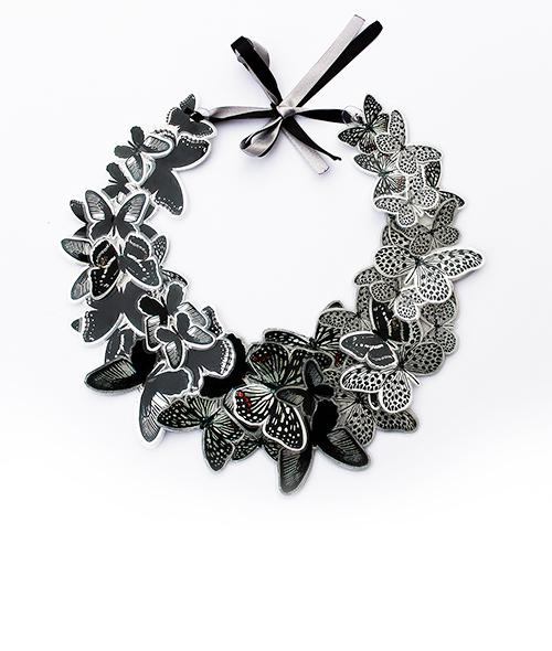 Schmetterlingskette. Grand collier avec des papillons. Moderne Schmuck von saschakonevaberlin
