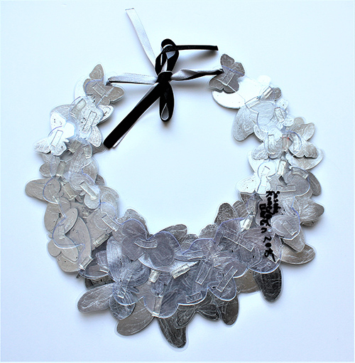 Grand Collier de Papillon am Hals