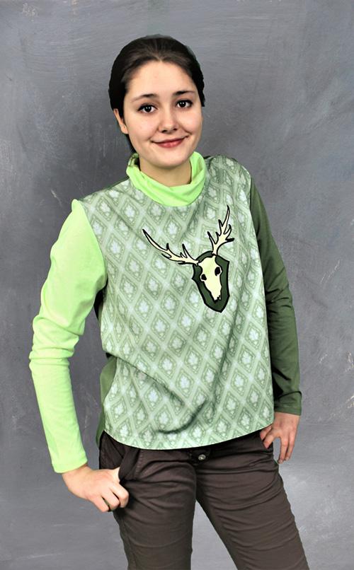 Tapetenbluse mit Hirsch in grün mit Modell