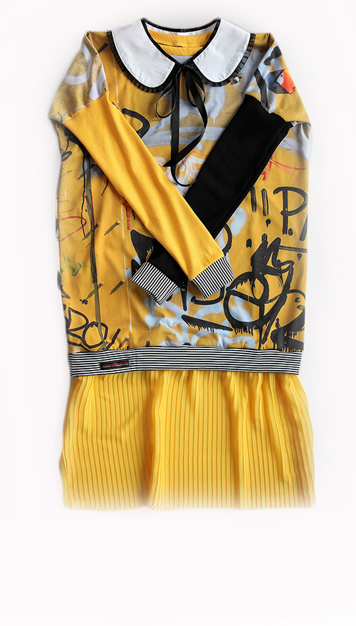 Graffitikleid in gelb mit Plisseerock und Bubikragen. Mode design Sascha Koneva Berlin