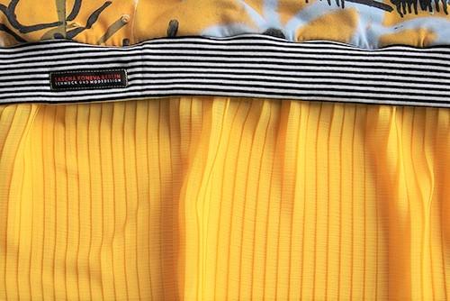Graffiti Kleid mit Plisseerock in gelb
