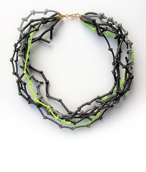 Knotenkette mit Neonbänder. Schmuck Design saschakonevaberlin