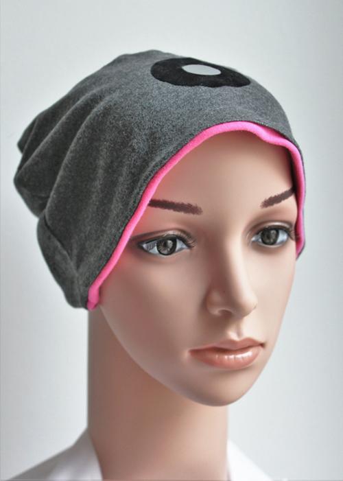 Graue Mütze mit pinkem Einsatz