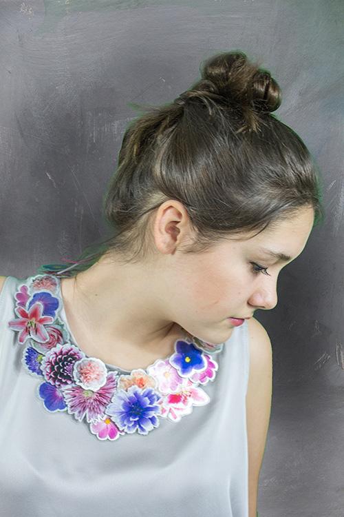 Halsschmuck mit Blumen mit Modell