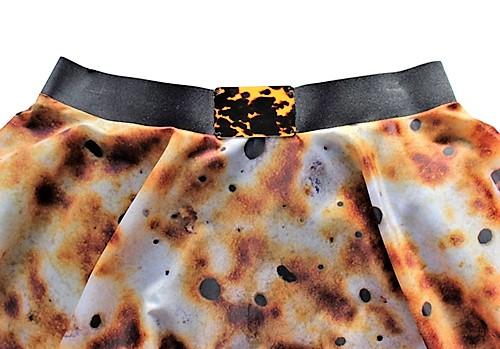 Eierkuchen-Rock mit dekorative Schnalle aus künstlichem Schildpatt.. Mode und designe von saschakonevaberlin