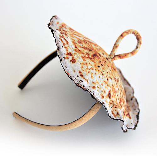 Eierkuchenhütchen mit Haarreif. Design und Ausführung saschakonevaberlin