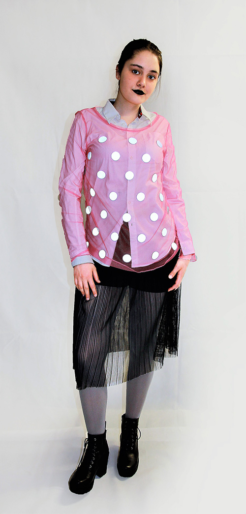 Netz-Shirt mit leuchtenden Punkten in rosa mit eine Modell fotografiert