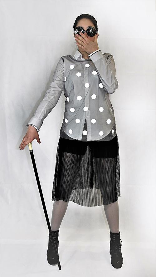 Graue Netz-Shirt mit leuchtenden Punkten mit eine Modell fotografiert