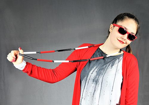Dreiteilige Röhrenkette im rot aus Kunstschtoff mit modell fotografiert