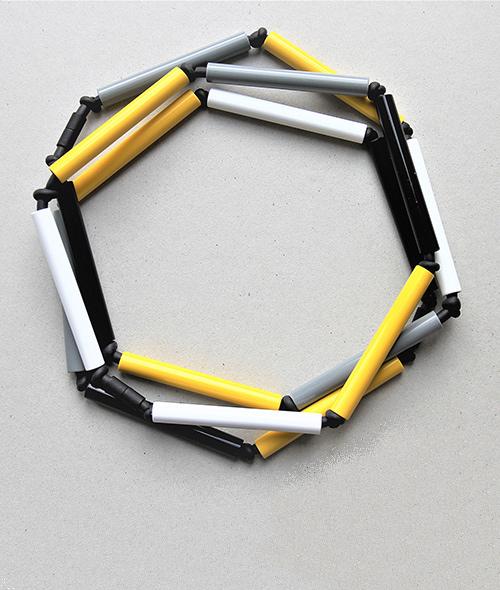Dreiteilige Röhrenkette im grau-gelb-schwerz aus Kunststoff und Moosgummi. Schmuckstück von saschakonevaberlin
