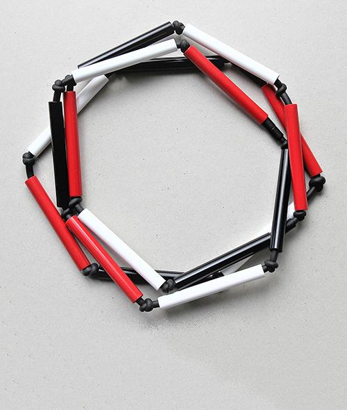Modeschmuck. Dreiteilige Röhrenkette im rot aus Kunstschtoff und Moosgummi. Halsschmuck von saschakonevaberlin