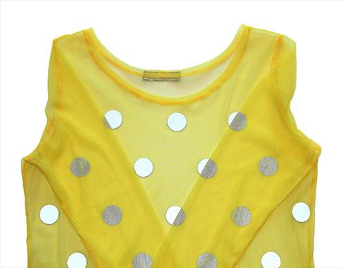 Bluse aus gelben Tüllstoff mit lichtreflektierenden Punkten