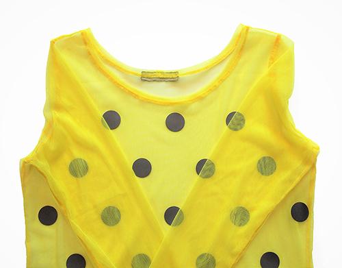 Bluse aus gelben Tüllstoff mit leuchtenden Punkten ein Ausschnitt