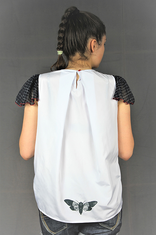 Sommerbluse mit Flügelärmeln motiv 2. Bluse aus Beautiful Zombies Collection mit Modell von hinten