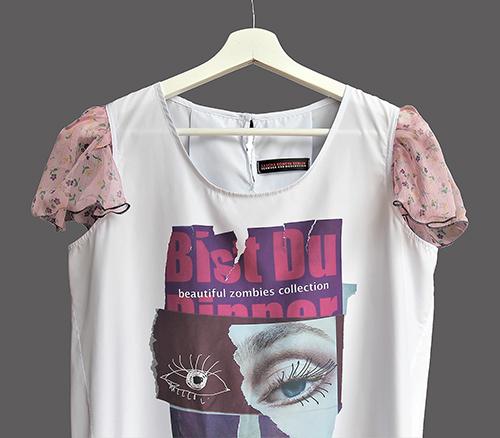 Sommerbluse mit Flügelärmeln motiv 3. Bluse aus Beautiful Zombies Collection auf dem Bügel