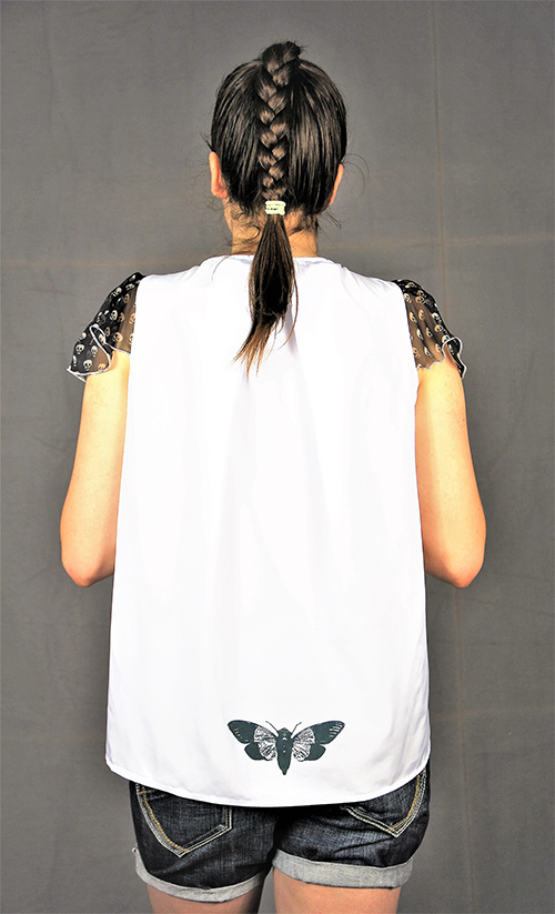 Sommerbluse mit Flügelärmeln motiv 4. Bluse aus Beautiful Zombies Collection mit Modell von Hinten