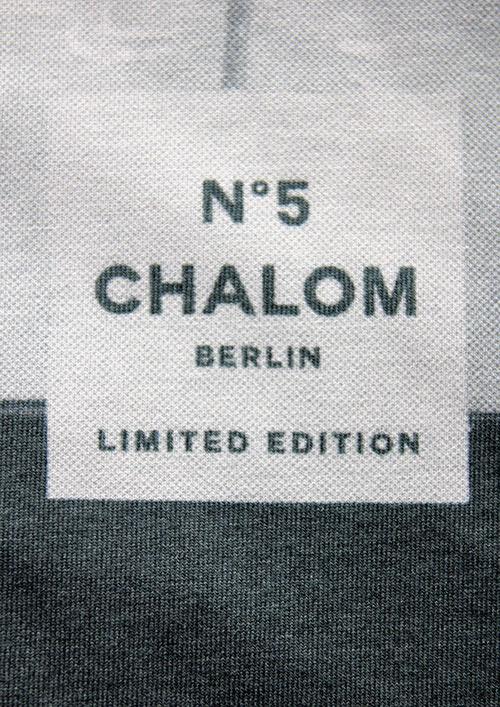 Ein weißes T-Schirt mit Aufdruck Shalom