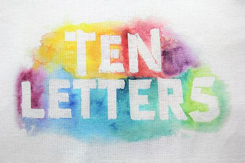 T-Shirt mit ein Schriftzug Ten Letters bild von Vorne
