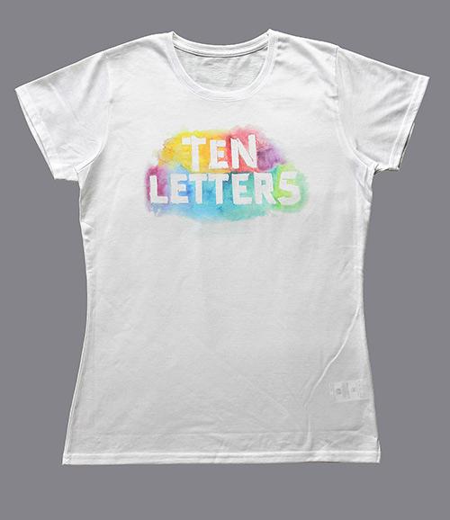 Ein weißes T-Schirt mit Aufdruck. Ten Letters. Entwurf von saschakonevaberlin