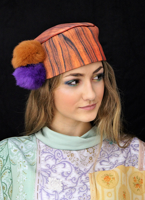 Holzkappe mit braunen und violetten Bommeln mit Modell
