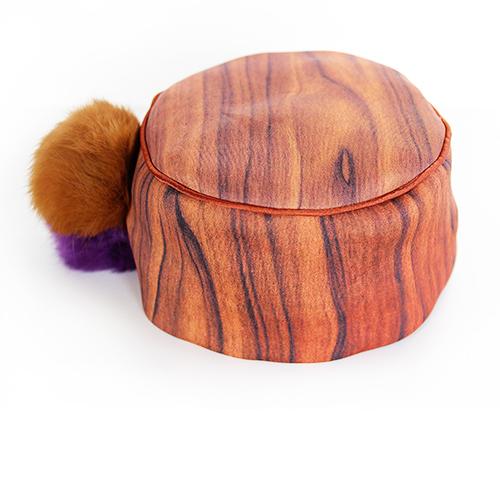 Hut mit Bommeln in braun und vilett. Produktansicht. Stoff, Design saschakonevaberlin