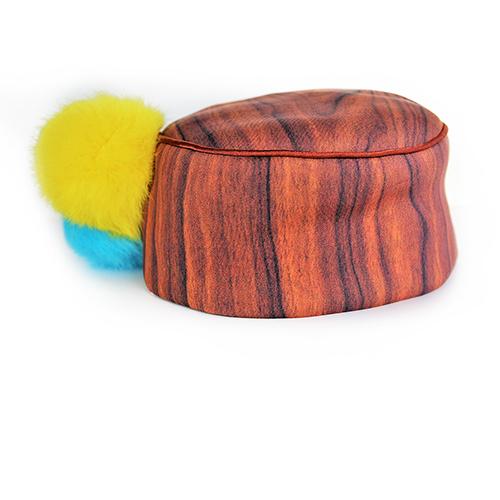 Kappe mit Bommeln in gelb und türkis aus echtem Fell. Produktansicht