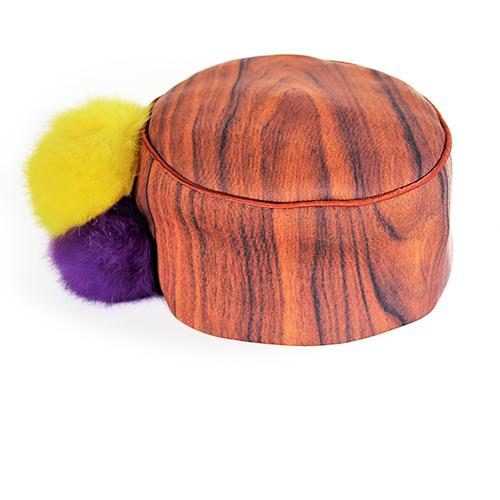 Kopfbedeckung mit Bommeln in gelb und violett. Produktansicht. Stoff, Design saschakonevaberlin