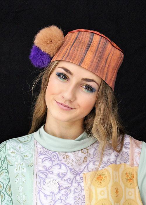 Holzkappe mit hellbraunen und violetten Bommeln mit Modell
