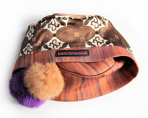 Holzkappe mit hellbraunen und violetten Bommeln mit Futterstoff