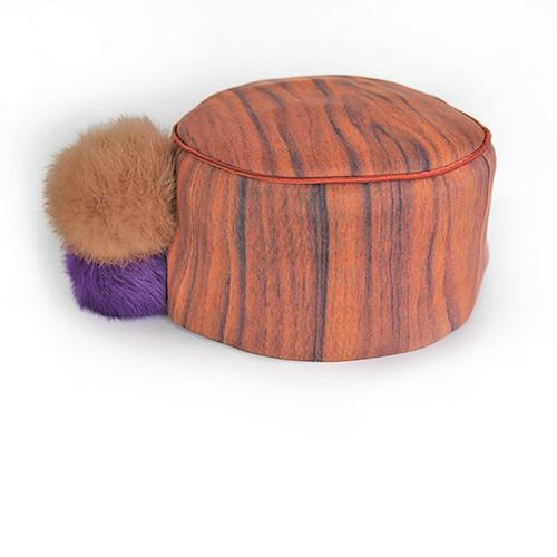 Holzkappe mit Bommeln in hellbraun und violett. Produktansicht. Stoff, Design saschakonevaberlin