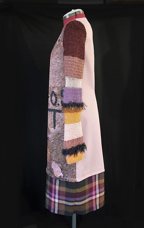 Winterkleid 1 mit Print Und gestrickten Ärmeln auf schwarzem Hintergrund