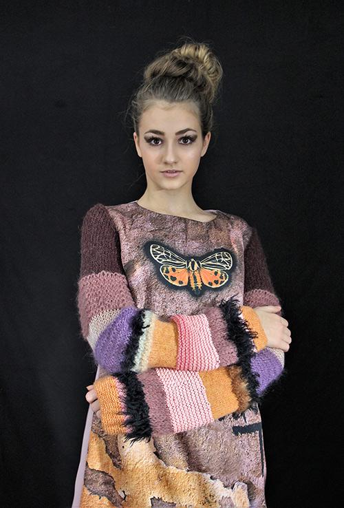 Winterkleid 1 mit Print Und gestrickten Ärmeln au mit Modell