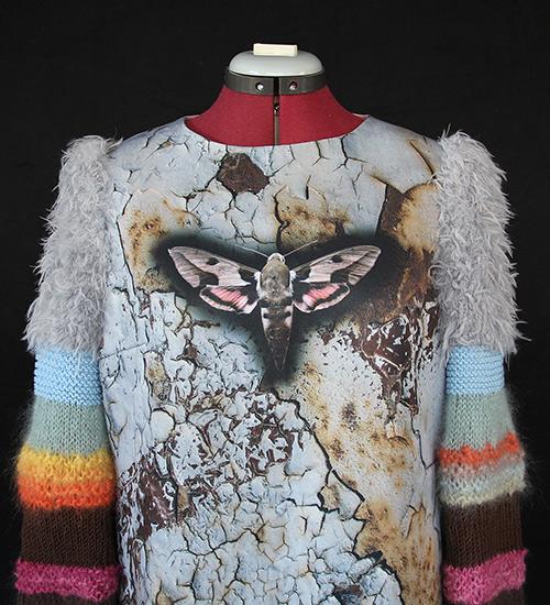Winterkleid 10 mit Print Und gestrickten Ärmeln auf dem schwarzem Hintergrund