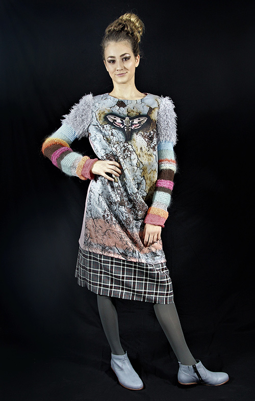 Winterkleid 10 mit Print Und gestrickten Ärmeln auf dem schwarzem Hintergrund mit Modell