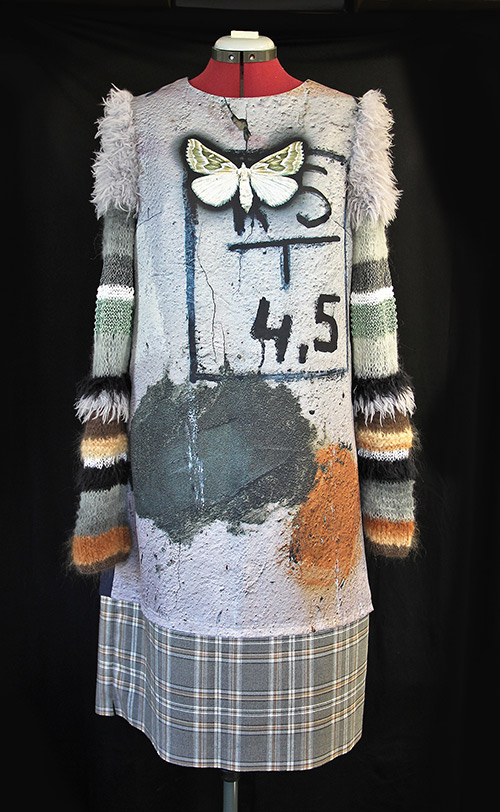 Winterkleid 2 mit Print Und gestrickten Ärmeln auf dem schwarzem Hintergrund