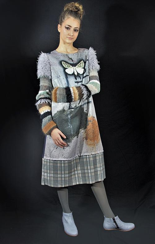 Winterkleid 2 mit Print Und gestrickten Ärmeln auf dem schwarzem Hintergrund mit Modell
