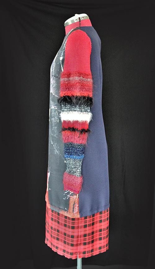 Winterkleid 3 mit Print Und gestrickten Ärmeln auf dem schwarzem Hintergrund