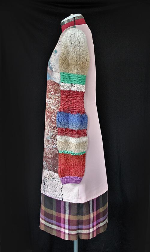 Winterkleid 4 mit Print Und gestrickten Ärmeln auf dem schwarzem Hintergrund