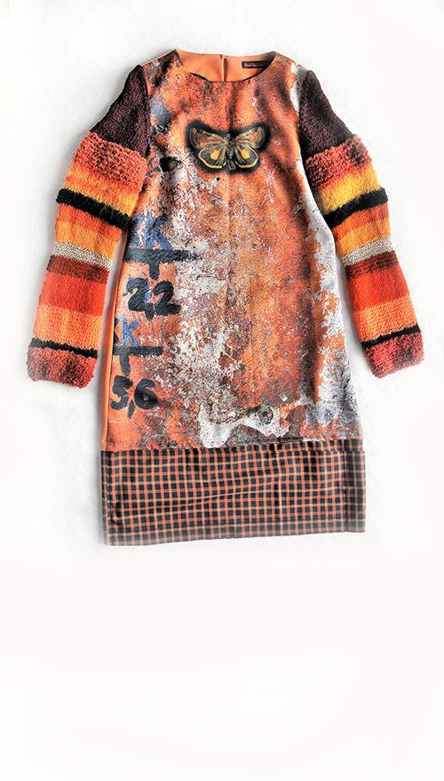 Kleid aus besonders bedrucktem Stoff und mit gestrickten Ärmeln. Mode Design von saschakonevaberlin