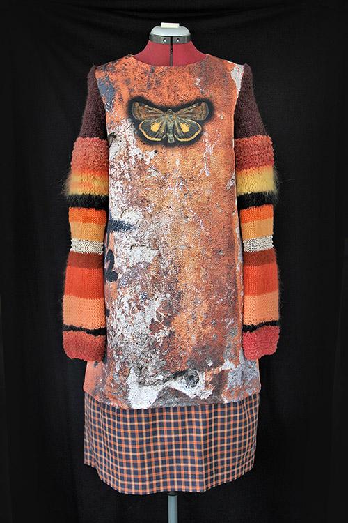Winterkleid 5 mit Print Und gestrickten Ärmeln auf dem schwarzem Hintergrund