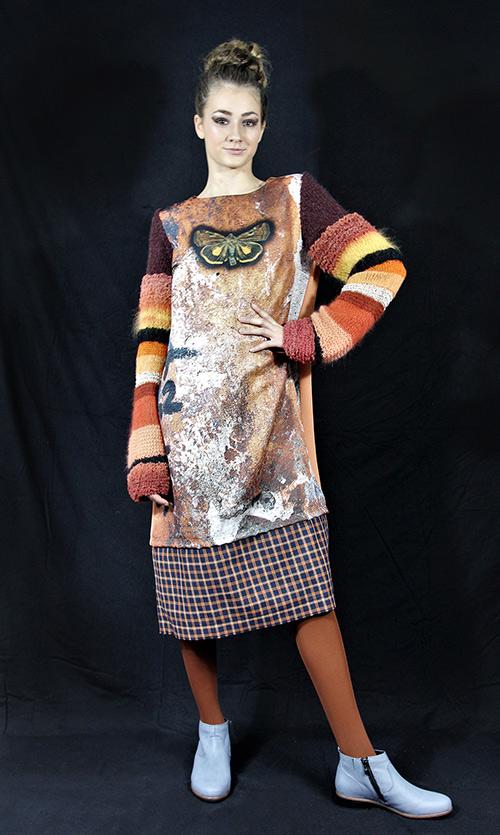 Winterkleid 5 mit Print Und gestrickten Ärmeln auf dem schwarzem Hintergrund mit Modell