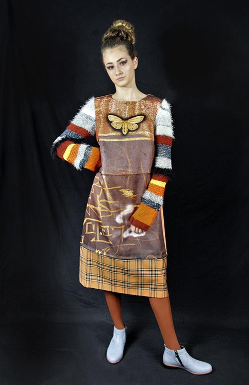 Winterkleid 7 mit Print Und gestrickten Ärmeln auf dem schwarzem Hintergrund mit Modell