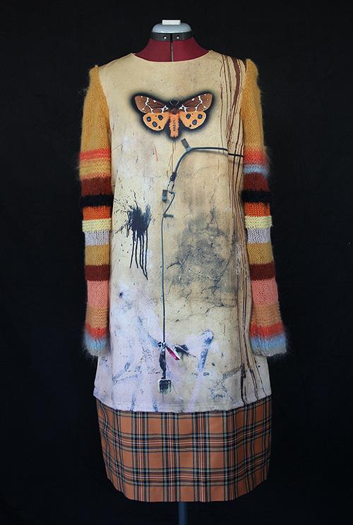 Winterkleid 8 mit Print Und gestrickten Ärmeln auf dem schwarzem Hintergrund