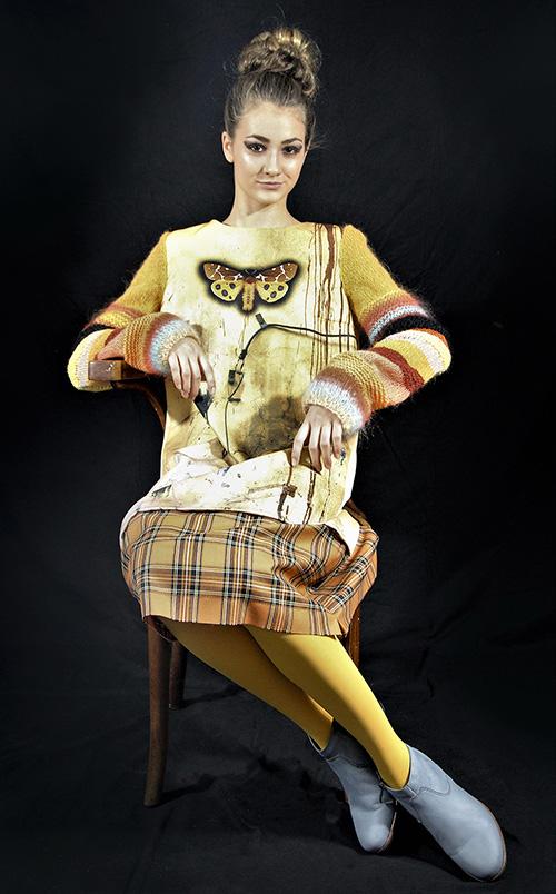 Winterkleid 8 mit Print Und gestrickten Ärmeln auf dem schwarzem Hintergrund mit Modell